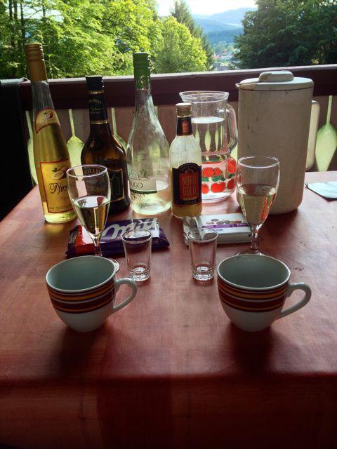 Dette var fast ritual når vi kom hjem fra dagens vandring: Kold hvidvin, diverse likøere og chokolade på den dejlige terrasse foran den lille træhytte.