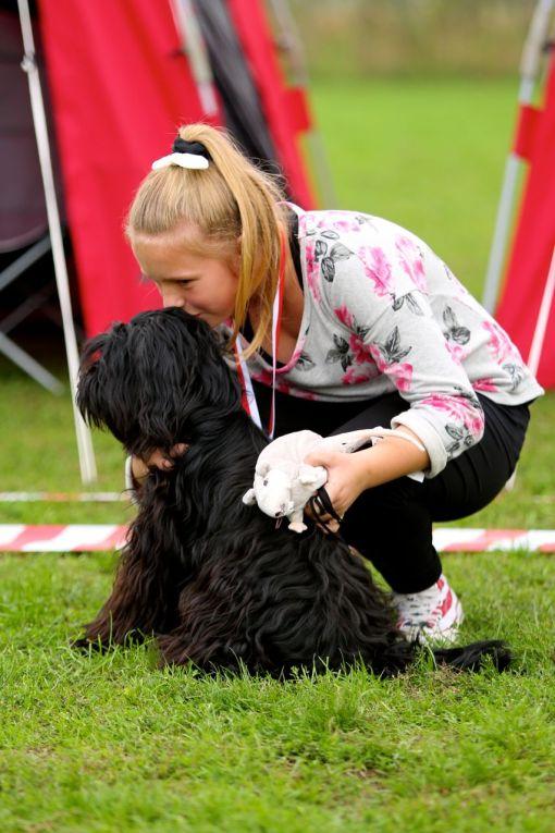 Astrid vinder Barn og Hund konkurrencen... GetUp får et kys i panden som tak.
