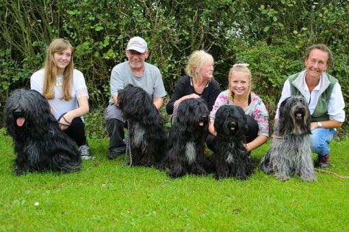 Hele familien. Fra venstre: Clara med Joe, Kim med Gritje, Mette med Munte, Astrid med GetUp og sidst Odie og jeg.