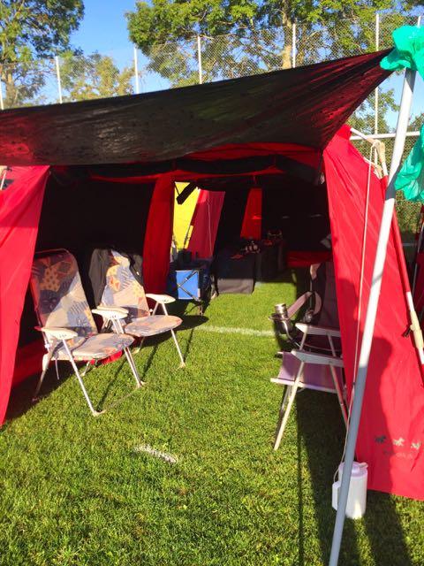 1,5 meter plads pr. deltager. Vi var fire deltager fra Vejle, vores telte er 3 meter, så to telte blev slået op i front og to telte lige bagved, hvor hundene så kunne ligge i fred og ro.